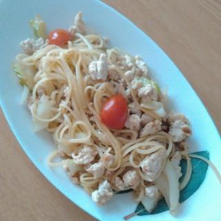 セロリとミニトマトと鶏挽き肉パスタ