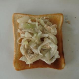鶏ささみと玉ねぎのコールスロートースト