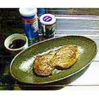 サーロインステーキ・レア(鉄鍋)。