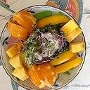 レタス 、オレンジ、ブロッコリースプラウトのサラダ