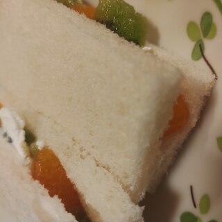 キウイとみかんのクリームサンドイッチ