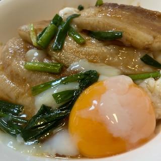 ボリューム満点!温泉卵がトロ〜リ♪厚切り豚丼