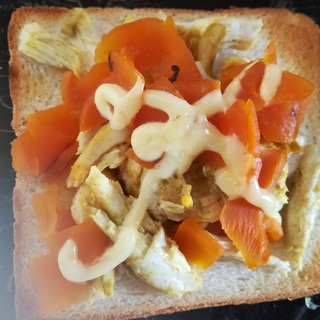カレーサラダチキンと福神漬けのトースト