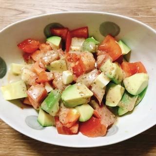 トマトとアボカドとチーズの胡麻ドレッシングサラダ