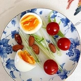 水菜、ゆで卵、ミニトマト、アーモンドのサラダ