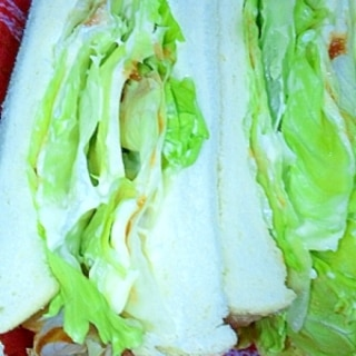 オーロラソースでダブルチーズレタスサンドイッチ