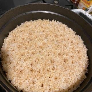 staub20で炊くカニ穴ポコポコ玄米(3合)