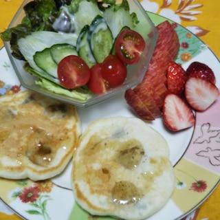 バナナパンケーキとサラダとフルーツの昼食☆