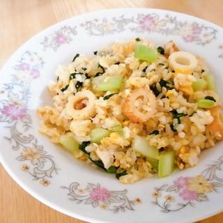 チンゲン菜とちくわと卵の炒飯