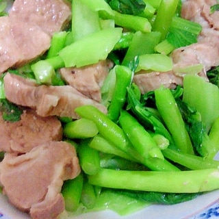 男の自炊料理。豚肉とアスパラとチンゲンサイ茹でる。