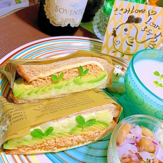 旨辛ささみとアボカドのポテサラチーズサンド