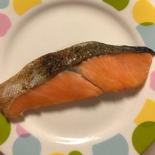 皮はパリッと身はふっくらとフライパンで焼く塩鮭