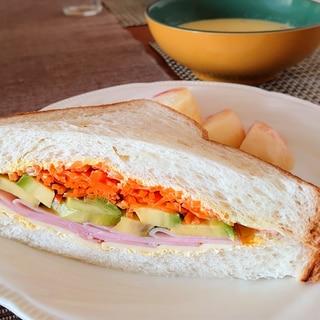 ニンジンとアボカドのサンドイッチ