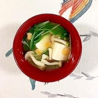 押し大豆も入れて、水菜、しめじのお味噌汁