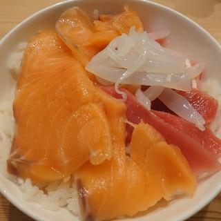 三色海鮮丼。エンペラーサーモン、マグロ、イカ