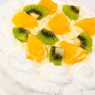 キウイとオレンジの白いデコレーションケーキ