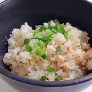 混ぜるだけで簡単☆鮭フレークのごまマヨご飯