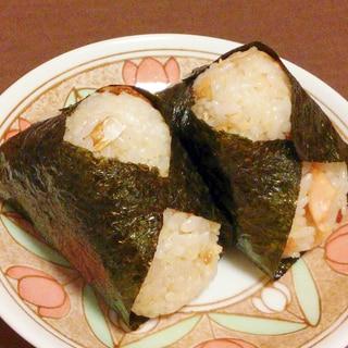 鮭がたっぷり★白ごまと鮭の混ぜご飯おにぎり