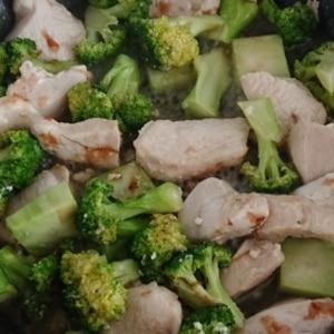鶏むねとブロッコリーのおかか生姜炒め