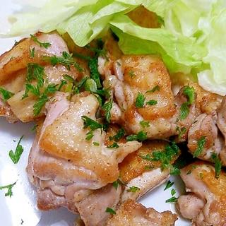 皮がパリパリ♪鶏モモ肉のソテー+人参葉