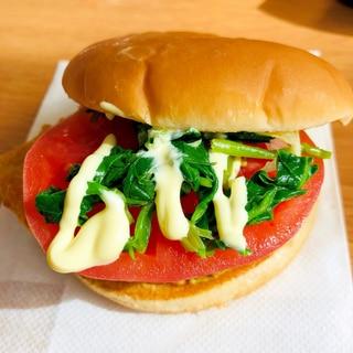 ハムとトマトとほうれん草のハンバーガー