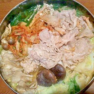 豚肉と4種のキノコのキムチ鍋