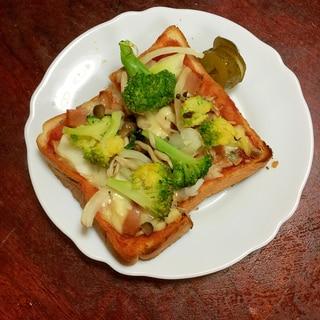 ブロッコリーと合鴨スモークのピザトースト