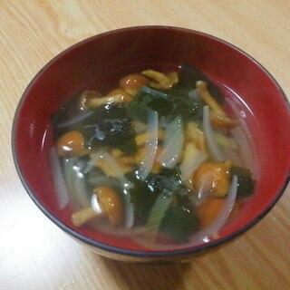 玉ねぎとなめことわかめのコンソメスープ