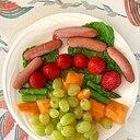 ウインナー、いちご、メロン、葡萄のサラダ