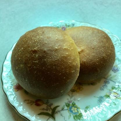 デュラムセモリナで作ってみました。牛乳の量間違ったのか?手こねくっついて苦労しましたが、ほんのり甘いふわふわパンが焼き上がって、感動です!次は倍量で作ります!