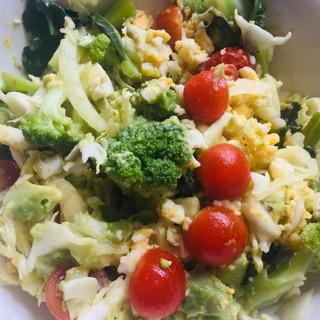 ブロッコリー、トマト、アボカド卵サラダ