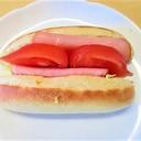 ミニフランスパンのハム・トマトサンド