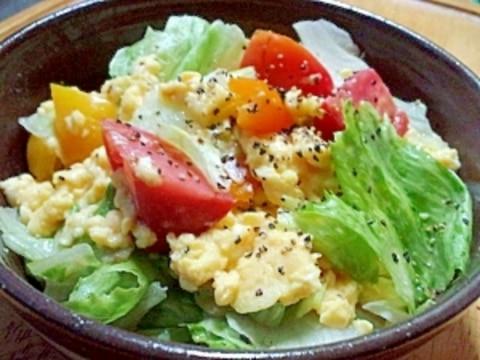 スクランブルエッグとレタスのホットサラダ