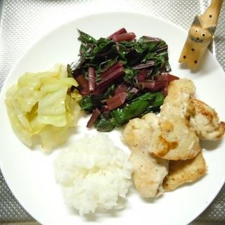 栄養豊富ビーツの葉炒めにスパイシー鶏むね肉のソテー