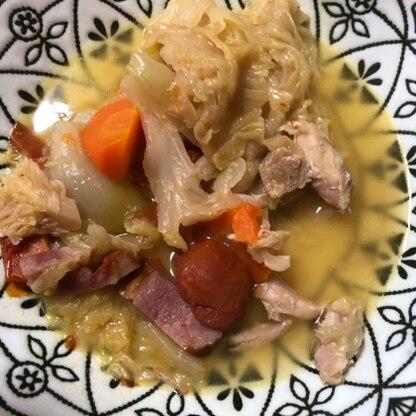 鶏肉がホロホロと溶けるような食感になって美味しかったです。ミニトマトが余ったので入れました。
