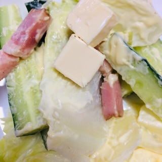 きゅうりとレタスとベーコンとチーズのサラダ