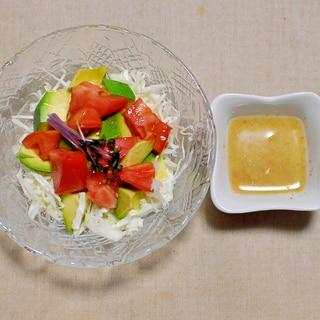 アボカドとトマトとキャベツのサラダ