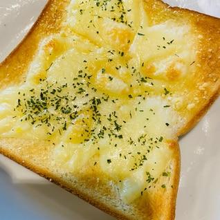 モッツァチーズとパルメザンチーズのトースト