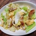 キャベツと炒り卵と鶏皮の炒め物