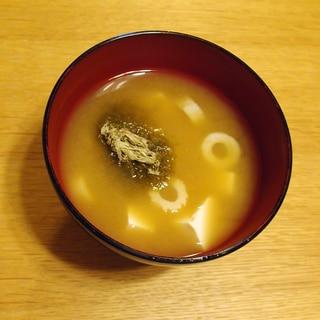 豆腐とちくわととろろ昆布のお味噌汁