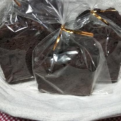 チョコチップを混ぜこんで、上にも散らして焼きました。 1日おいて、しっとりとしておいしく出来ました。