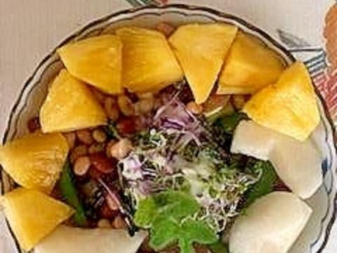 レタス 、生ハム、梨、パインのサラダ