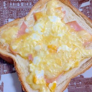 くずし半熟卵のハムチーズトースト ~カルボナーラ風