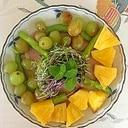 リーフレタス、葡萄、パインのサラダ