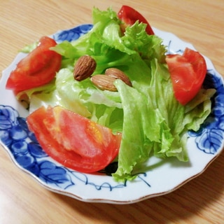 レタスとトマトとアーモンドのサラダ