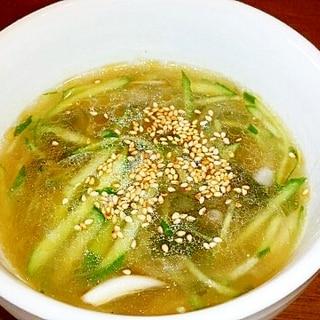 きゅうりとタマネギの冷たい韓国風スープ