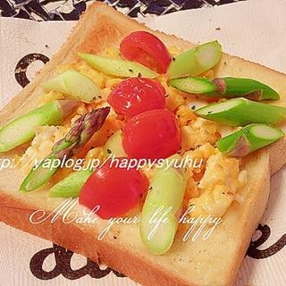 ふわふわ卵とアスパラのガーリック風味☆トースト