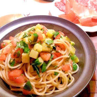 トマトとバジルとズッキーニの冷製パスタ