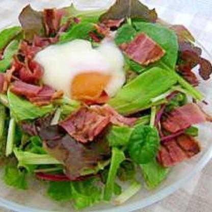 ベビーリーフとカリカリベーコンの温玉サラダ