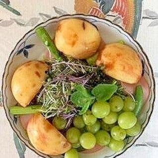 レタス 、葡萄、桃のサラダ